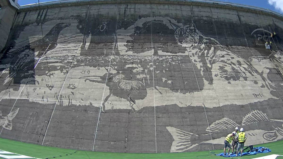 gigantyczny mural na zaporze w solinie bez farby
